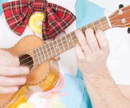 Clown Titof speelt gitaar en ukulele