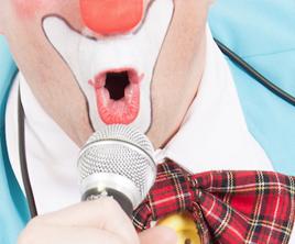 Clown Titof zingt en danst